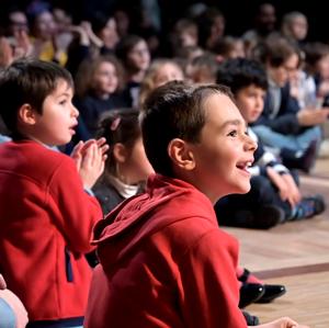 Enfant regardant la scène lors d'un spéctacle